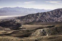 Árida paisagem rochosa com estrada sinuosa — Fotografia de Stock