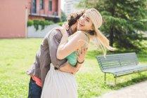 Счастливая пара обнимается в парке вместе — стоковое фото