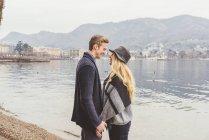Romantisches junges Paar von Angesicht zu Angesicht am nebligen Comer See, Italien — Stockfoto