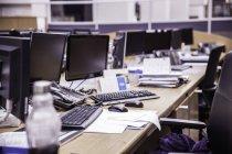 Bureau long avec rangées d'ordinateurs de bureau — Photo de stock