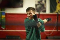 Молода людина вправи в тренажерному залі боксу, розтягування — стокове фото