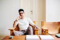 Porträt des jungen Mannes zu Hause sitzen auf Stuhl — Stockfoto