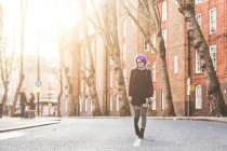 Femme qui marche au milieu de la rue — Photo de stock