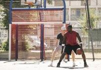 Deux joueurs de basket-ball masculin pratiquant sur le terrain de basket — Photo de stock