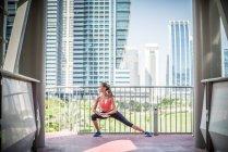 Обучение женщин, растяжение на балконе, Дубай, Объединенные Арабские Эмираты — стоковое фото