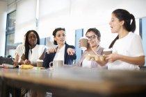 Colegas do sexo feminino tendo reunião na mesa da sala de conferências — Fotografia de Stock