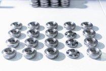Клапан ротатори з конвеєра на заводі автозапчастин — стокове фото