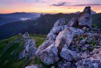 Rocas y paisaje agreste, Bolshoy Thach parque, montañas del Cáucaso, República de Adiguesia, Rusia - foto de stock
