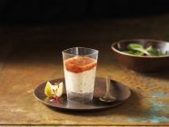 Salmone, girato con arancia e fetta di limone sulla zolla — Foto stock