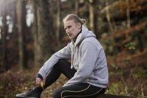 Mitte Erwachsenen Mannes Sport Kleidung hält Banane wegschauen — Stockfoto