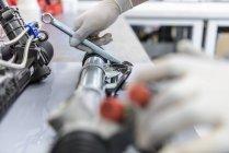 Інженер робота над учасниками гоночні автозавод, крупним планом — стокове фото