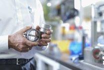 Ingénieur tenant des pièces imprimées en 3D dans l'usine, gros plan — Photo de stock