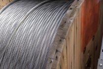 Avvolgicavo elettrico presso la struttura di stoccaggio del cavo, da vicino — Foto stock