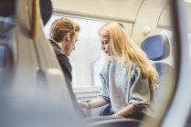 Jeune couple dans le wagon de train, Italie — Photo de stock