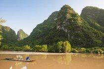 Fisherman on bamboo raft, Yu Long river, Guangxi, China — Stock Photo