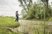 Людина на річці Банк нахлистом — стокове фото