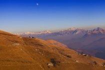 Підвищені краєвид з далеких снігу capped гори, Монте Generoso, Тічіно (Швейцарія) — стокове фото