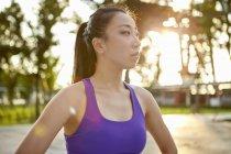 Frau trägt kurzes Oberteil wegschauen — Stockfoto