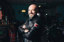 Портрет красивого зрелого мужчины, в гараже — стоковое фото