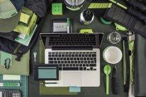 Вид зверху ноутбук, зовнішній жорсткий диск і пішохідних обладнання, зелений — стокове фото