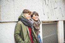 Zwei Schwestern lehnen an der Wand und schauen weg — Stockfoto