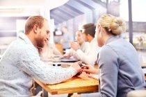 Ділова жінка і людина за допомогою сенсорного смартфона на засіданні офісу — стокове фото