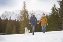 Пара прогулок по заснеженному ландшафту, Эльмау, Бавария, Германия — стоковое фото