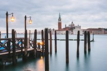 Пирс в Гранд-канал, остров Сан Джорджио Маджоре в фоновом режиме, Венеция, Италия — стоковое фото