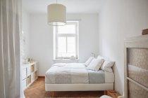 Chambre avec sol en parquet, lits et armoires de couleur blanc — Photo de stock