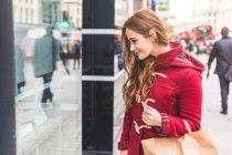 Frau betrachten Schaufensterbummeln, London, Uk — Stockfoto