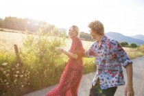 Junges Paar lacht und albert auf Landstraße, Mallorca, Spanien — Stockfoto