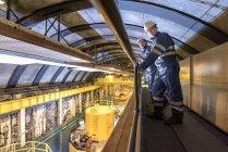 Trabajadores en sala de generación en central hidroeléctrica - foto de stock