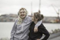 Portrait de deux amis coureur féminin rire sur le quai — Photo de stock