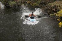 Молода жінка kayaker дитячий річки ді, велика, Північного Уельсу — стокове фото
