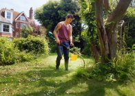 Hombre de talla, jardinería, uso más estridente - foto de stock