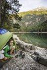 Frau im Zelt am Wasser, Leermoos, Tirol, Österreich — Stockfoto