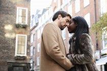 Paar steht auf der Straße, von Angesicht zu Angesicht, Händchen haltend — Stockfoto