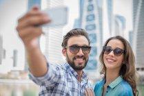 Couple de touristes prenant smartphone selfie, Dubai, United Arab Emirates — Photo de stock
