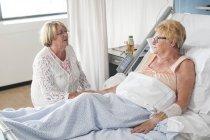 Женщина на больничной койке — стоковое фото