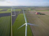 Turbinas eólicas em terras agrícolas, Zeewolde, Flevoland, Países Baixos — Fotografia de Stock