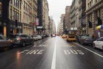 Наблюдая видом на Бродвей, Нью-Йорк, США — стоковое фото