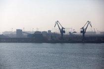 Дистанционное представление кранов и контейнеров в порту — стоковое фото