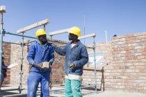 Constructeurs africains parlant sur le chantier — Photo de stock
