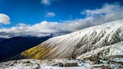 Cubierta de nieve Scafell pike, Distrito de los lagos, Cumbria, Reino Unido - foto de stock