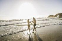 Casal adulto meados, jogando no mar, Cape Town, África do Sul — Fotografia de Stock