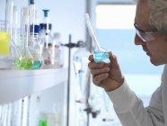 Химик готовит химическую формулу для тестирования в лаборатории — стоковое фото