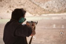 Стрельба человека по цели — стоковое фото