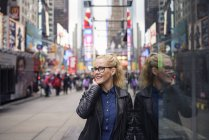 Female tourist leaning against street building, New York, USA — Stock Photo