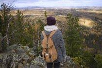 Giovane donna in piedi sul fianco della montagna, guardando la vista, Oblast 'di Sverdlovsk, Russia — Foto stock