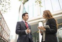 Persone di affari in città in chat — Foto stock